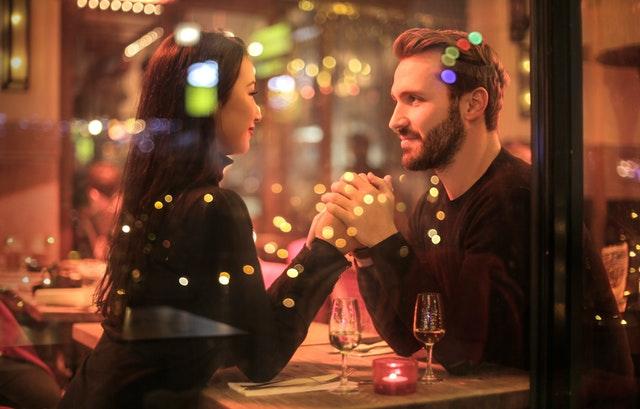 porter la robe africaine pour un diner romantique